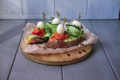 Брускетта с семгой, авокадо, твердым сыром и перепелиным яйцом