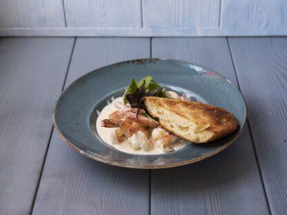 Креветки в соусе блю-чиз с обжаренным багетом