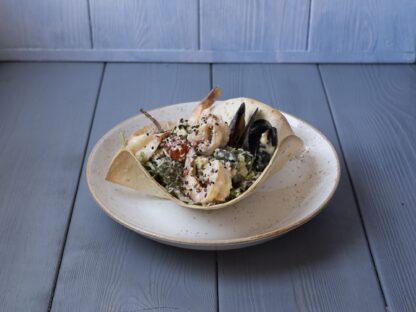 С морепродуктами в тортилье со сливочным соусом